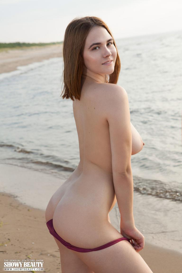 Em público garota peituda ficando nua em fotos