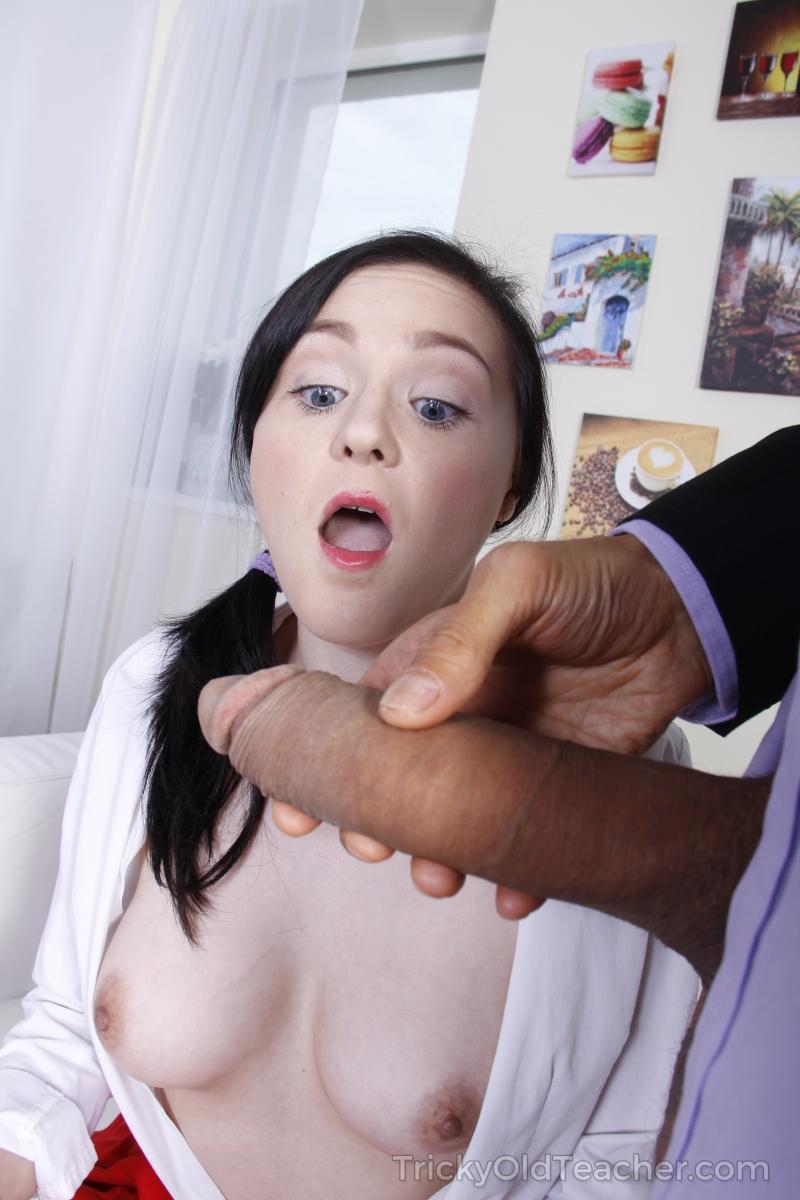 Fotos da ninfetinha colegial sentindo rola grossa enfiando no seu cu