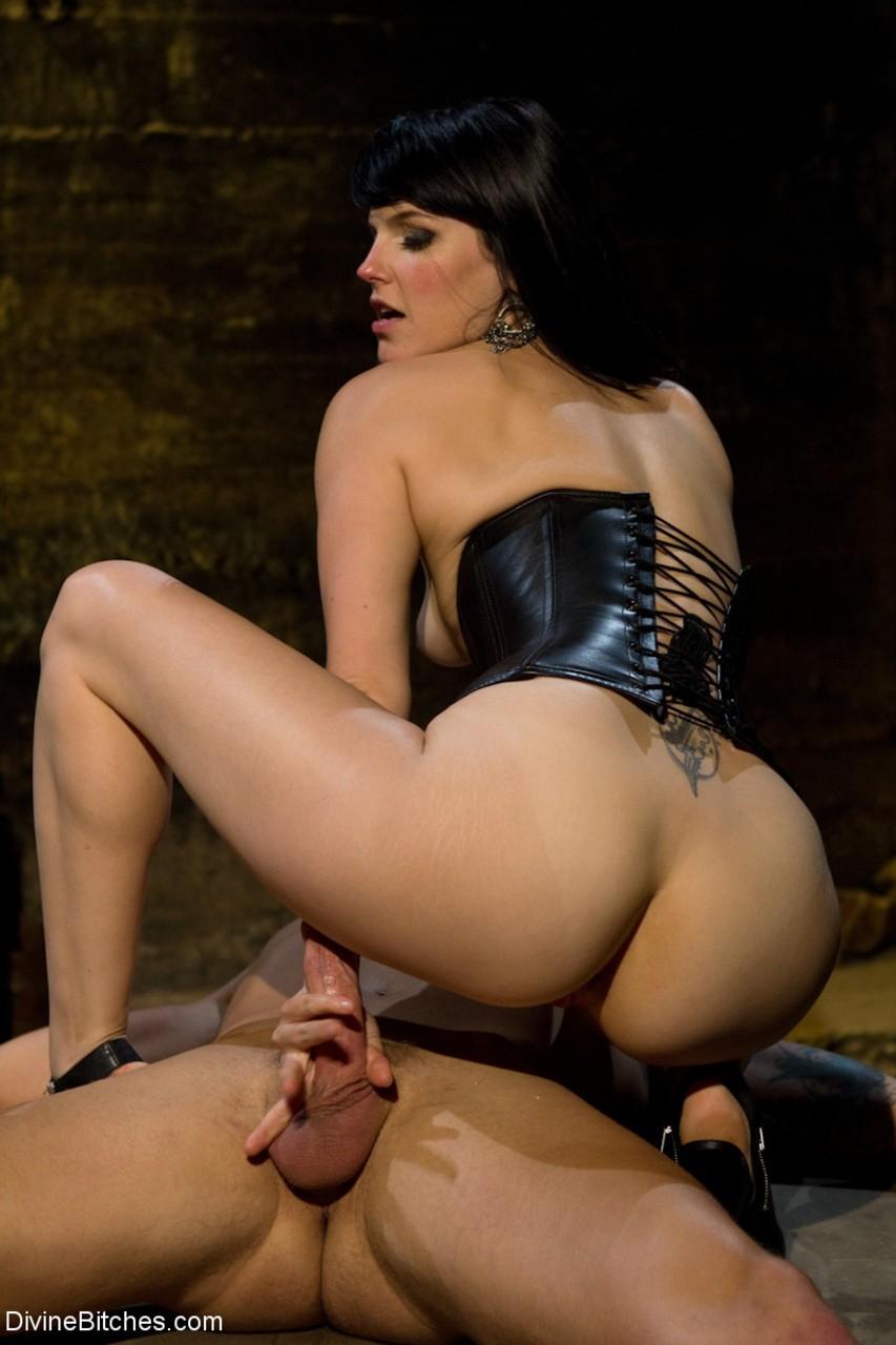 Morena da bunda grande e xoxota peluda em fotos de sexo