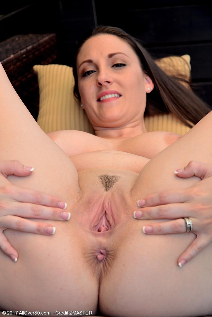 Delicia de gordinha MILF Melanie Hicks mostrando a xota em fotos