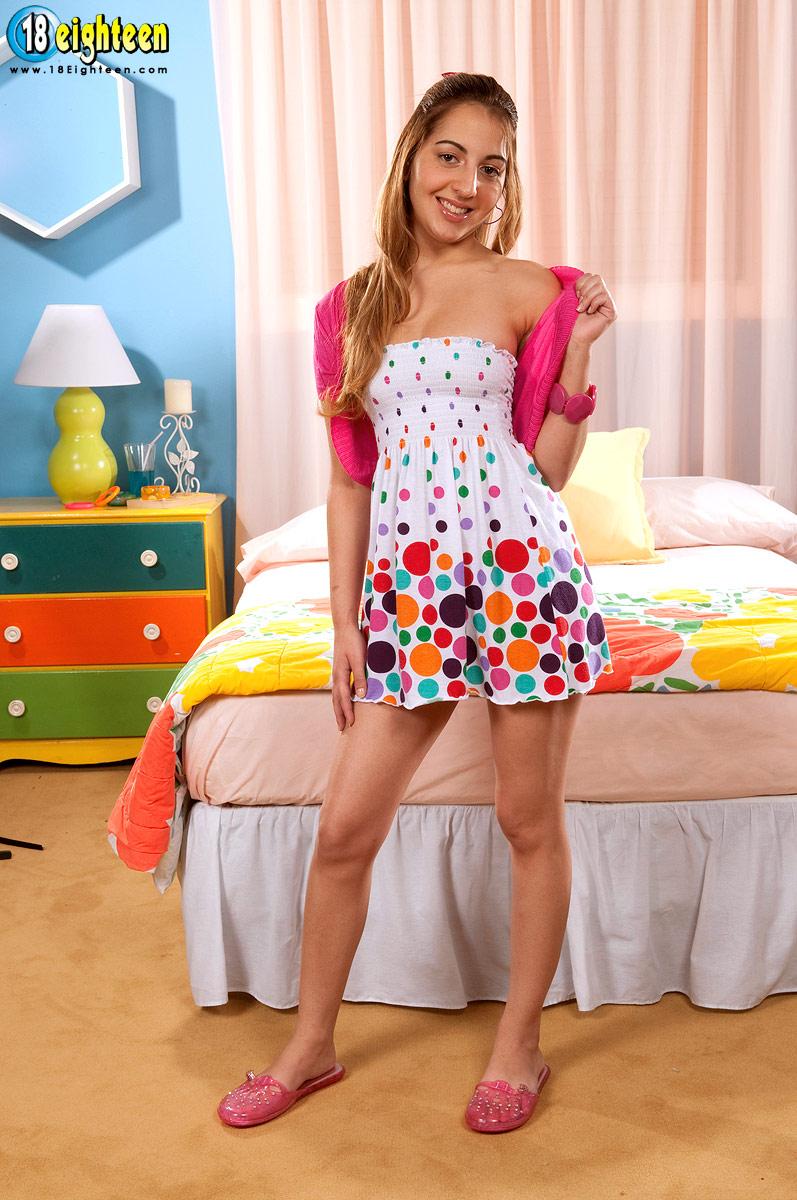 Foto de jovem garota tirando sua calcinha para foder