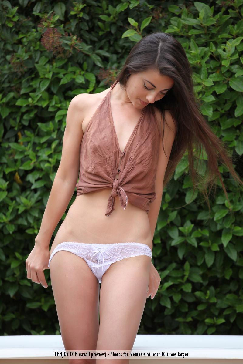 Lorena G ninfetinha morena de peitos pequenos e uma buceta boa
