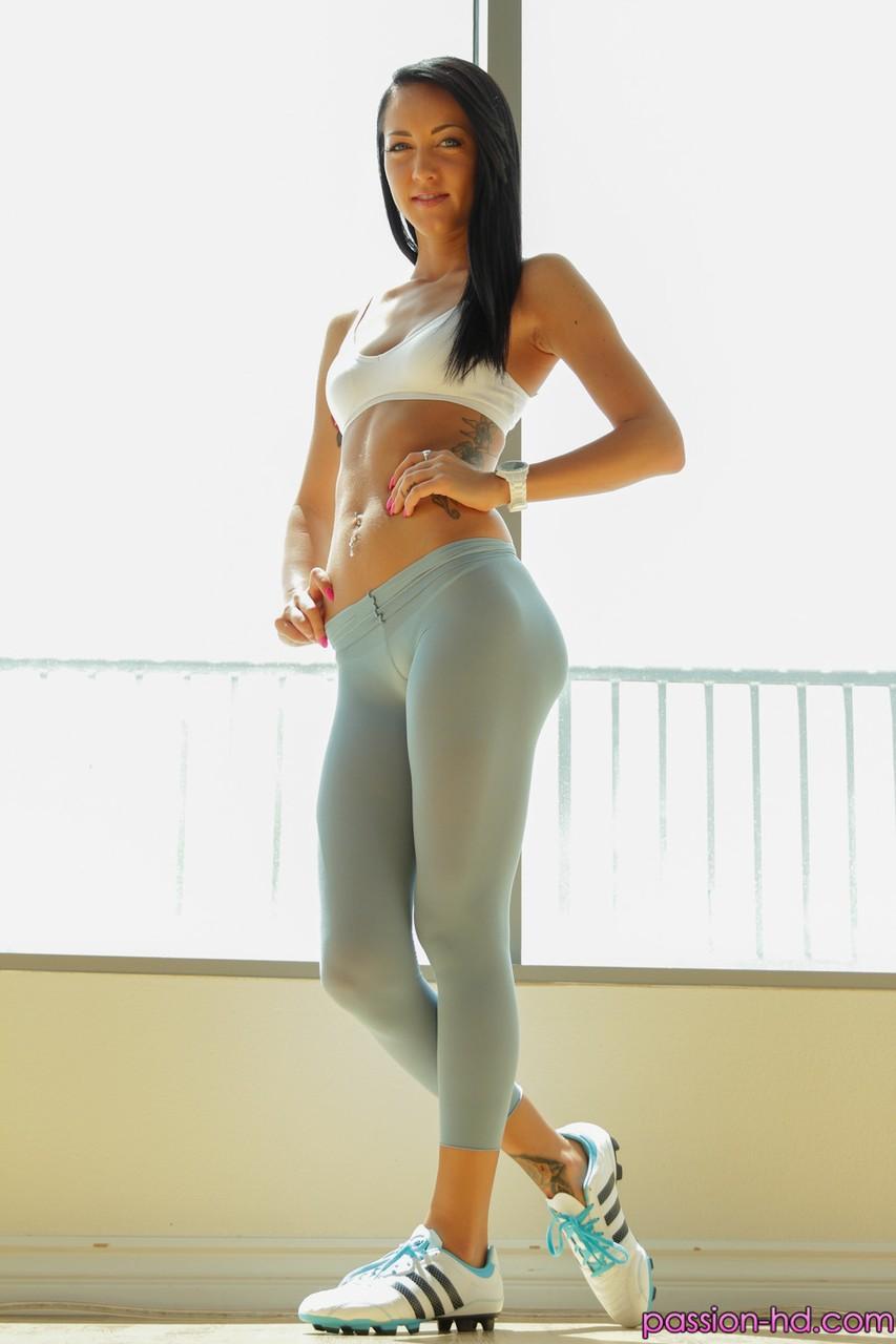 Sabrina Banks morena gostosa tirando a calça legging e socando a calcinha de lado