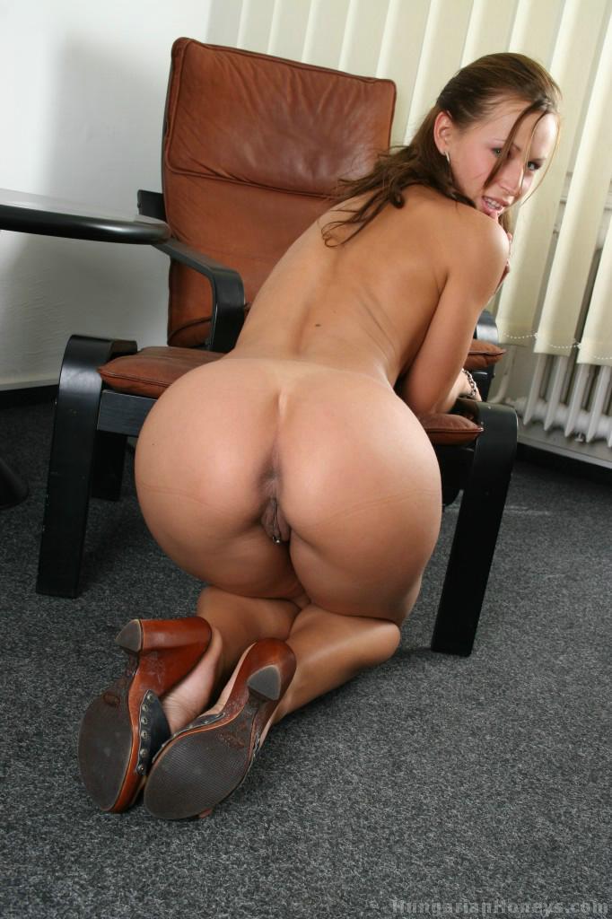 Fotos da garota do bumbum gostoso ficando peladinha