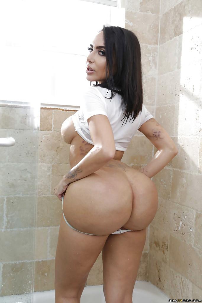 Linda morena tomando banho e mostrando suas tetas grandes
