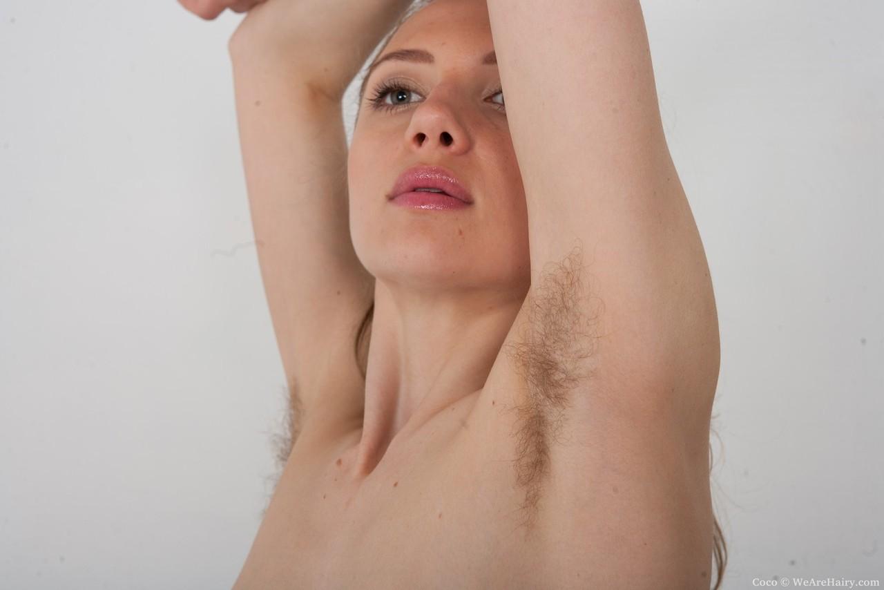 Linda ninfeta magrinha toda peluda nas fotos