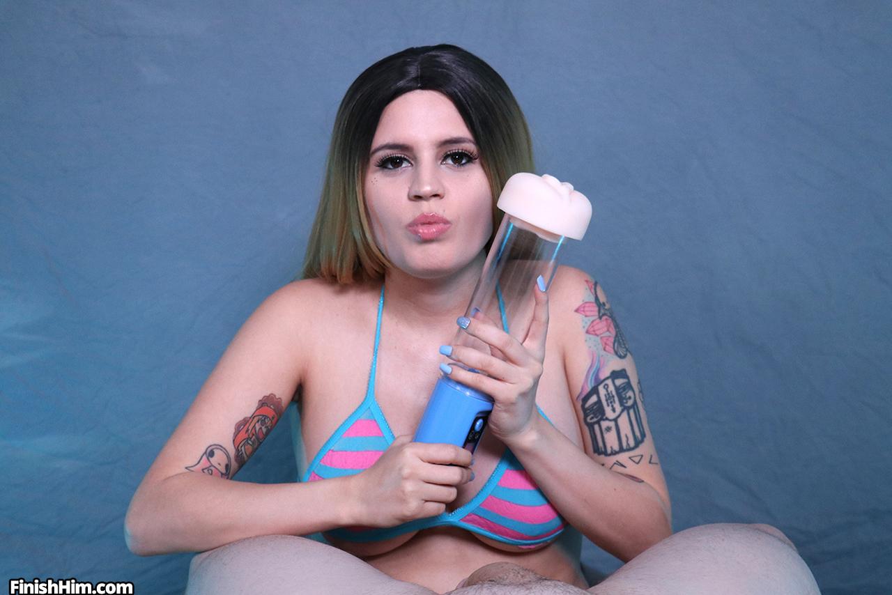 Mulher safada masturbando pau do namorado com buceta de borracha