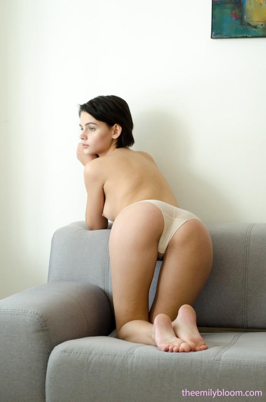 Novinha muito linda em fotos porno ficando pelada no sofá