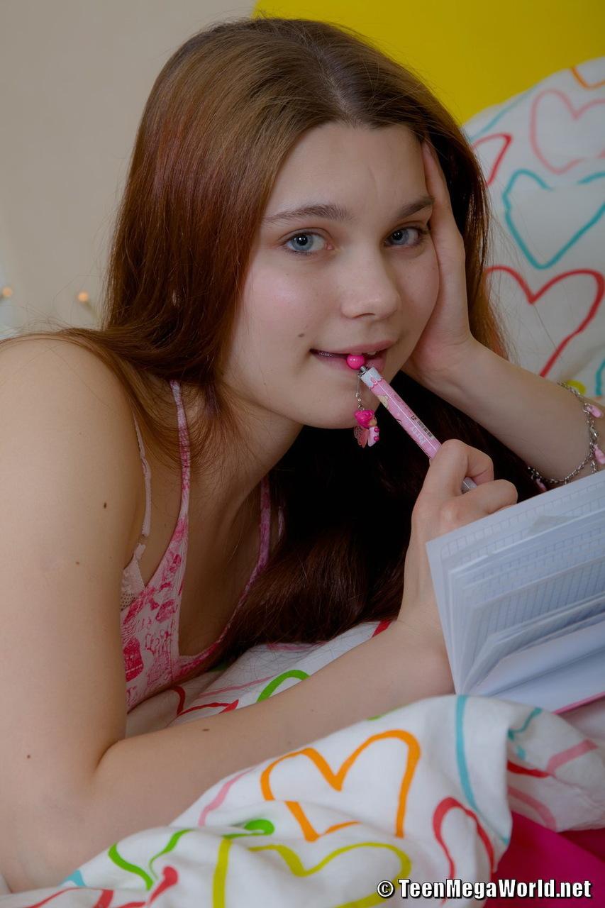 Fotos de menina novinha tocando uma siririca com vibrador