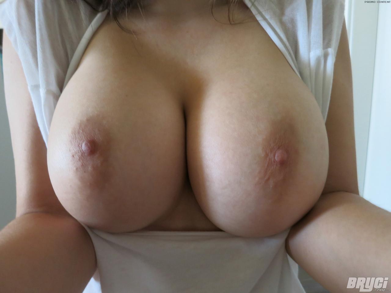 Linda menina amadora em fotos porno ficando pelada